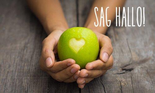 Apfel mit Herz in zwei Händen