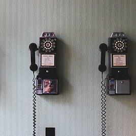 Telefone an der Wand