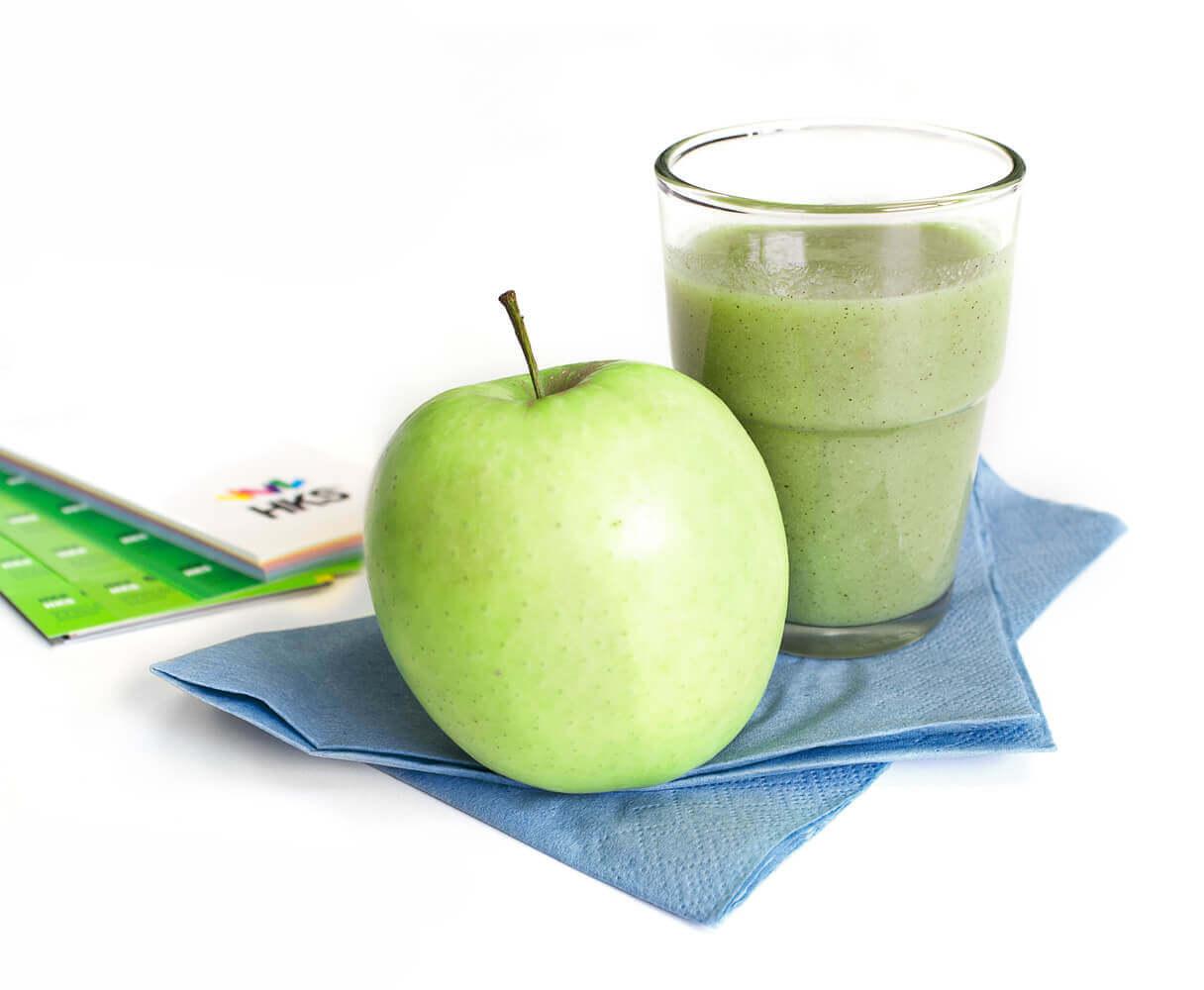 Grüner Smoothie mit Obst und Gemüse